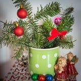 Julgarnering med jordklot och änglar Royaltyfri Bild
