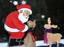 Julgarnering med jultomten och hjortar Arkivfoto