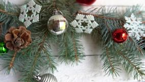 Julgarnering med kaffekoppen, leksaker och att sörja trädet på den vita trätabellen arkivfilmer