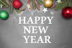 Julgarnering med LYCKLIGA FERIER 2017 för text på grå bakgrund Royaltyfri Foto