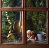 Julgarnering med nallebjörnen i fönster fotografering för bildbyråer