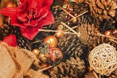 Julgarnering med sörjer kottar och julbollar royaltyfri bild