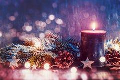 Julgarnering med stearinljuset fotografering för bildbyråer