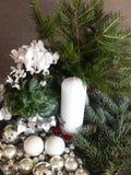 Julgarnering med stearinljuset i silver, gräsplan och vit Fotografering för Bildbyråer
