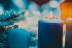 Julgarnering med struntsaken och stearinljuset för adventsäsong fyra stearinljus bränna Arkivfoton