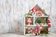 Julgarnering med träaskhuset och leksaker fotografering för bildbyråer