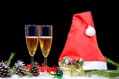 Julgarnering med två exponeringsglas av champagne, julCl Arkivfoto