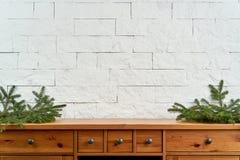 Julgarnering med utrymme med ris av granen på en hylla på bakgrunden av en tegelstenvägg arkivfoto