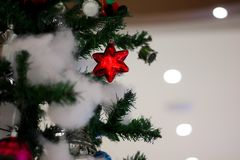 Julgarnering med valskolagåvan sätter en klocka på stjärnor för bollaskkängor med julträdet och bomull med suddig bakgrund fotografering för bildbyråer