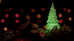 Julgarnering och blinkaljusjulgran på färgrik bokehljusbakgrund stock video