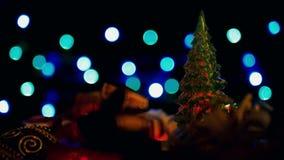 Julgarnering och blinkaljusjulgran på färgrik bokehljusbakgrund lager videofilmer