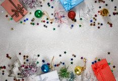 Julgarnering och gåvacloseup arkivbild