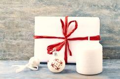 Julgarnering och julgåva royaltyfri bild