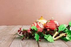 Julgarnering på abstrakt bakgrund röd prydnad som är guld- Royaltyfria Foton