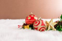 Julgarnering på abstrakt bakgrund röd prydnad som är guld- Arkivfoton