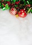 Julgarnering på abstrakt bakgrund röd prydnad som är guld- Royaltyfri Foto