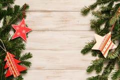Julgarnering på bordlägga Arkivbild