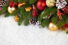 Julgarnering på closeupen för granträdfilialen, gåvor, xmas-bollen, kotten och annat objekt på vitt tomt utrymme pälsfodrar, seme fotografering för bildbyråer