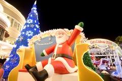 Julgarnering på det Promanade varuhuset Royaltyfria Bilder