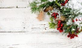 Julgarnering på det vita gamla träbrädet Arkivfoto