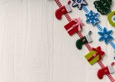 Julgarnering på en bakgrund av vit målade den lantliga boaen royaltyfria foton