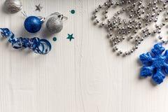 Julgarnering på en bakgrund av vit målade den lantliga boaen arkivfoto