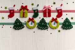 Julgarnering på en bakgrund av vit målade den lantliga boaen royaltyfri fotografi