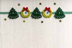 Julgarnering på en bakgrund av vit målade den lantliga boaen arkivbild