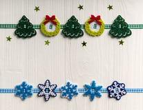 Julgarnering på en bakgrund av vit målade den lantliga boaen arkivbilder