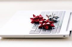 Julgarnering på en dator Bärbar dator på en trätabell och vitvägg Affärsidé under en ferie Xmas-begrepp Royaltyfri Foto