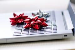Julgarnering på en dator Bärbar dator på en trätabell och vitvägg Affärsidé under en ferie Xmas-begrepp arkivbild
