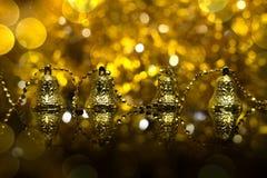 Julgarnering på en guld- bakgrund Royaltyfri Foto