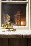 Julgarnering på ett fönster 12 Arkivfoto