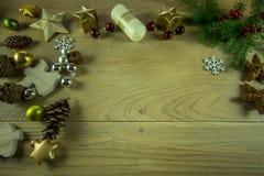 Julgarnering på ett lantligt träbräde med den kanelbruna stjärnan Arkivbilder