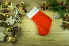 Julgarnering på ett lantligt träbräde med den kanelbruna stjärnan, Arkivbild