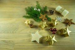 Julgarnering på ett lantligt träbräde med den kanelbruna stjärnan Arkivbild