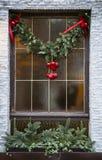 Julgarnering på fönstret Royaltyfri Bild