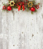 Julgarnering på gammalt träbräde Royaltyfri Bild