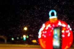 Julgarnering på gatorna av staden i vinter royaltyfria bilder