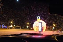 Julgarnering på gatorna av staden i vinter royaltyfria foton