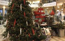 Julgarnering på inredning- och möblemanglager arkivbilder