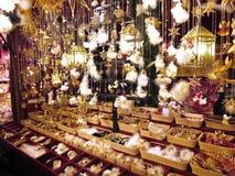 Julgarnering på julmarknaden Royaltyfria Bilder