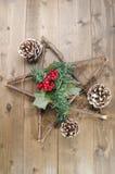 Julgarnering på lantligt trä Arkivbild