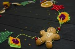 Julgarnering på svart wood bräde Julornamentals Fotografering för Bildbyråer