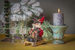 Julgarnering på tabellen med Santa Claus på en pulka Royaltyfri Foto