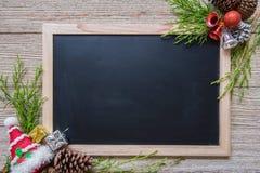 Julgarnering på träbackgroun Arkivbilder