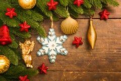 Julgarnering på träbakgrund royaltyfri bild
