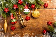 Julgarnering på träbakgrund arkivfoto