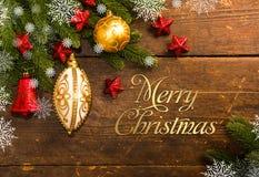 Julgarnering på träbakgrund royaltyfria bilder