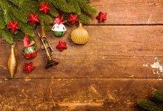Julgarnering på träbakgrund royaltyfri foto